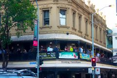 Lycklig timme på den irländska baren i Brisbane Australien 12-04-2014 arkivbilder