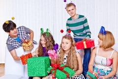 Lycklig tonår med presents Fotografering för Bildbyråer