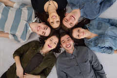 Lycklig tonårgrupp Royaltyfri Bild
