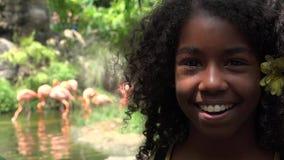 Lycklig tonårig afrikansk flicka på zoo