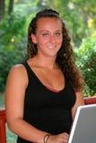 Lycklig tonårig flicka med bärbara datorn utomhus Fotografering för Bildbyråer