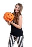 Lycklig tonårig flicka med en pumpa Arkivfoton