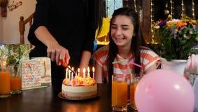 Lycklig tonårig flicka med födelsedagkakan på partiet lager videofilmer