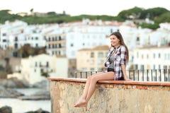 Lycklig tonåring som beskådar landskap på en avsats royaltyfri foto
