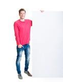 Lycklig tonåring som rymmer ett tomt baner Arkivbild