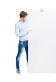 Lycklig tonåring som rymmer ett tomt baner Arkivfoton