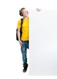 Lycklig tonåring som rymmer ett tomt baner isolerat på vit Royaltyfria Foton