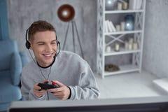 Lycklig tonåring som spelar en dataspel royaltyfria foton