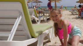 Lycklig tonåringflicka för stående som vilar på sommarstranden på havsbakgrund lager videofilmer