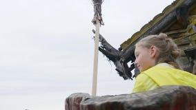 Lycklig tonåringflickaridning på dragning i nöjesfält Unga flickan på karusell i sommar parkerar aktiv sommar lager videofilmer