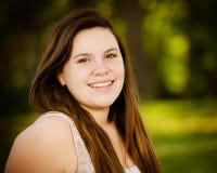 Lycklig tonårs- eller tonårs- flicka utomhus Royaltyfri Fotografi