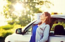 Lycklig tonårs- flicka eller ung kvinna i bil royaltyfria bilder