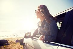 Lycklig tonårs- flicka eller ung kvinna i bil royaltyfria foton