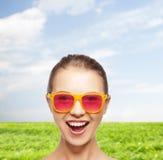 Lycklig tonårs- flicka i rosa solglasögon Fotografering för Bildbyråer