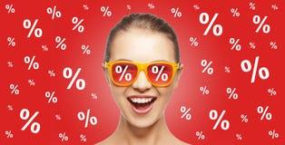 Lycklig tonårs- flicka i skuggor med procentsatstecken Royaltyfria Foton