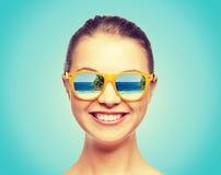 Lycklig tonårs- flicka i solglasögon Arkivfoto