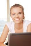 Lycklig tonårs- flicka med bärbar datordatoren Royaltyfria Bilder