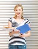 Lycklig tonårs- flicka med böcker och mappar Royaltyfri Bild