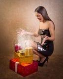 Lycklig tonårs- flicka med den magiska julklappasken Fotografering för Bildbyråer