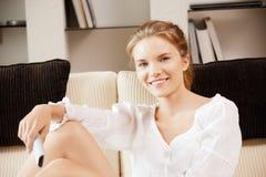 Lycklig tonårs- flicka med TVremoten Arkivfoto
