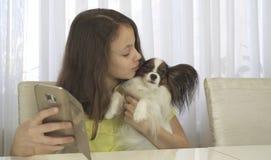Lycklig tonårs- flicka som gör selfie med hennes hund arkivbilder