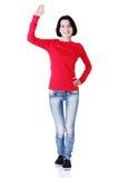 Lycklig tonårs- flicka som vinkar en hälsning Arkivfoto