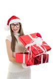 Lycklig tonårs- jultomtenflicka som öppnar en gåva fotografering för bildbyråer