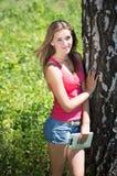 Lycklig tonårig flicka med minnestavlaPC Royaltyfri Foto