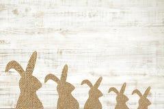 Lycklig träbakgrund för easter hälsningkort med kaninen för deco Arkivbild