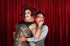 Lycklig transvestit med partnern Arkivbilder