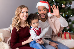 Lycklig trevlig familj som hälsar dig royaltyfria foton