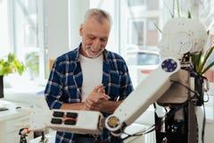 Lycklig trevlig man som tycker om ny teknik Fotografering för Bildbyråer