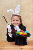 Lycklig trollkarlflicka som gör easter ägg med hennes överhet royaltyfri fotografi