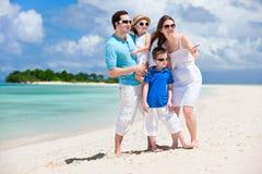 lycklig tropisk semester för familj Arkivbild