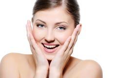 lycklig tryckande på wellness för framsidakvinnlig Arkivfoto