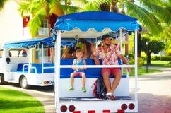 Lycklig turist- familj som tycker om semester, medan rida i medel till och med hotellområdet bilden 3d framförde servicetrans Arkivbild