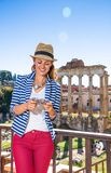 Lycklig turist- kvinna framme av Roman Forum handstilsms royaltyfria bilder
