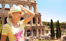 Lycklig turist och Coliseum, Rome Gladlynt ung blond kvinna royaltyfri bild