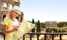 Lycklig turist och Coliseum, Rome Gladlynt ung blond kvinna royaltyfri foto