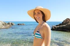 Lycklig turist på semesterblickar på kameran på stranden arkivfoton