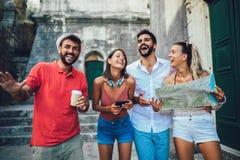 Lycklig turistsight i stad royaltyfri foto