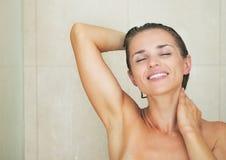 Lycklig tvagning för ung kvinna i dusch Royaltyfria Bilder