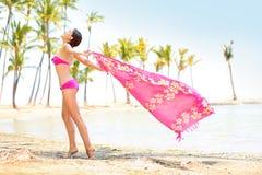 Lycklig tyckande om strand för kvinna - halsduk som blåser i vind Royaltyfria Bilder