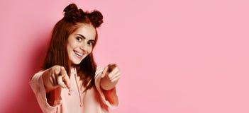 Lycklig ung älskvärd kvinna som pekar på dig royaltyfri foto