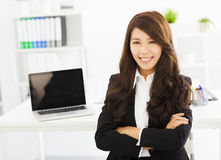 Lycklig ung affärskvinna som arbetar i kontoret Fotografering för Bildbyråer