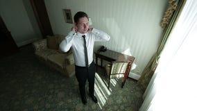 Lycklig ung affärsman i hotell stock video