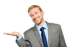 Lycklig ung affärsman som visar tom copyspace på vit royaltyfri bild