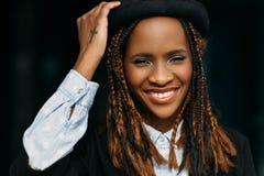 Lycklig ung afrikansk amerikankvinna model stilfullt royaltyfri fotografi