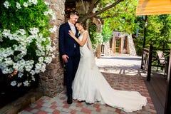 Lycklig ung brud och brudgum i parkera Gifta sig i lantlig stil Trähusby i bakgrunden Är dancien Arkivbilder