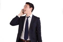 Lycklig ung Caucasian affärsman som rymmer en mobiltelefon Arkivbild